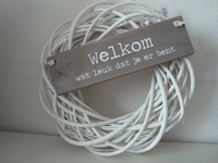 Witte krans met bordje welkom